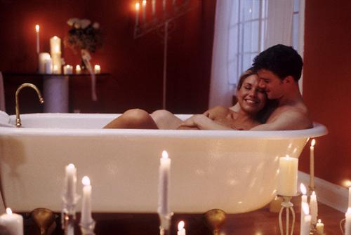 Молодая пара принимает душ и трахается на кровати  711248