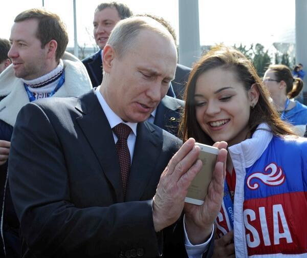Apple Путин держит iPhone