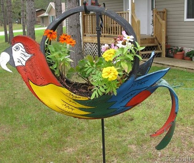 Подвесная клумба в виде попугая из покрышек