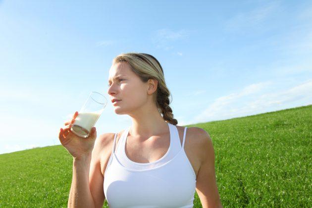 Зачем пить молоко: хороший сон и красивая кожа