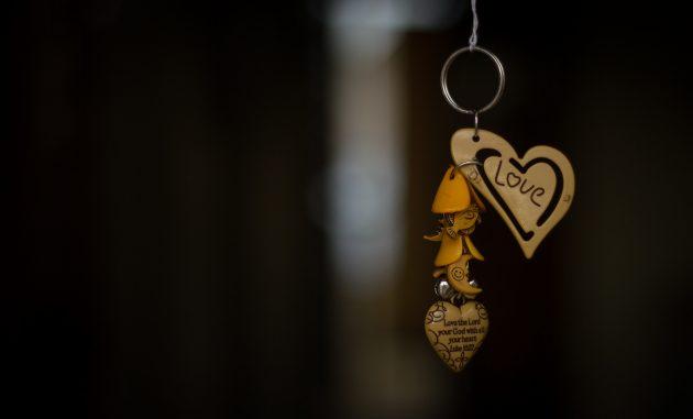 Подарки на День святого Валентина: оригинальный брелок или кулон
