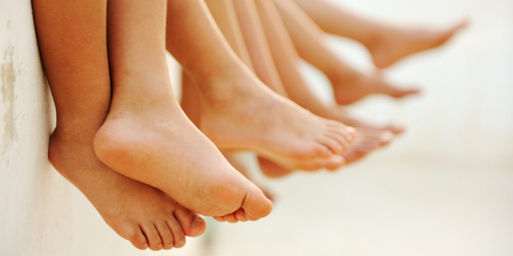 Почему болит нога у ребенка и что делать