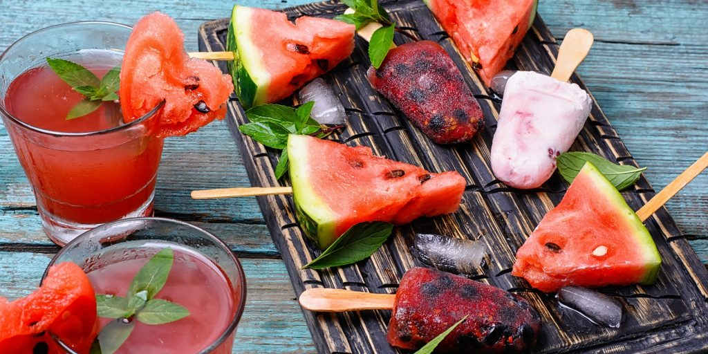 watermelon6_1470277181-1024x512 Как правильно и красиво резать арбуз на праздничный стол? Как накачать арбуз водкой, сделать кальян, ежика из арбуза, корзинку, розы?