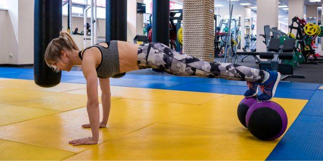 Тренировка в тренажёрном зале: Планка на нестабильной опоре