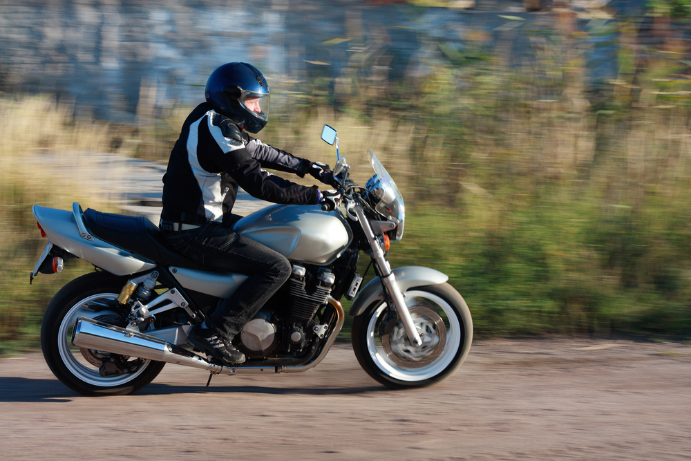 Мужчина и женщина занимаются сексом на мотоцикле
