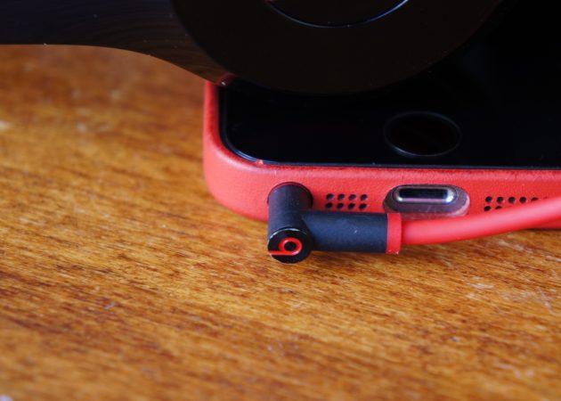Воткнутые в телефон наушники