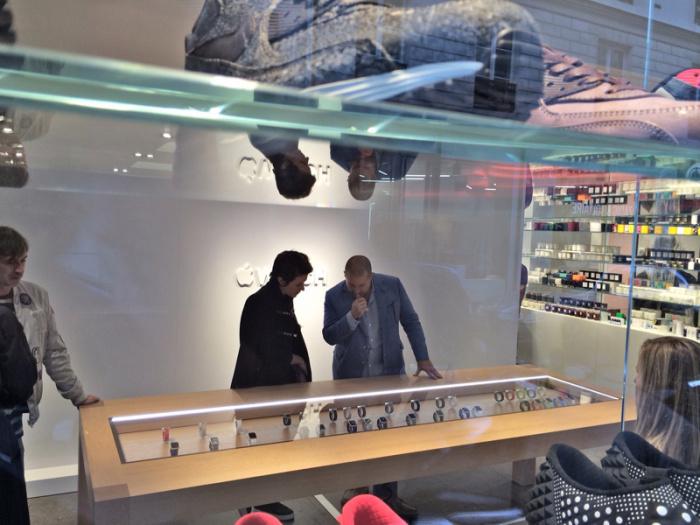 Apple показала Apple Watch в Париже. За стеклом