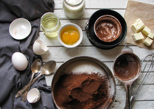Шоколадный пирог в одной посуде: в глубокой миске смешиваем все сухие ингредиенты