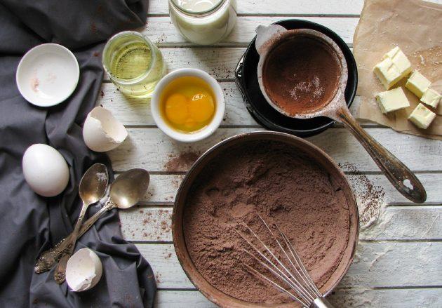 Шоколадный пирог в одной посуде: соединяем все сухие компоненты с помощью венчика