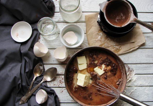 Шоколадный пирог в одной посуде: добавляем жидкие ингредиенты