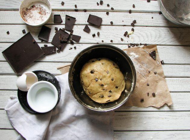 Чашка из печенья для любителей сладкого: в готовое тесто добавляем шоколадную крошку