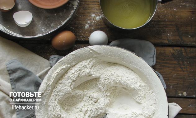 Универсальные булочки для бургеров и хот-догов: смешиваем муку с дрожжами, сахаром и солью