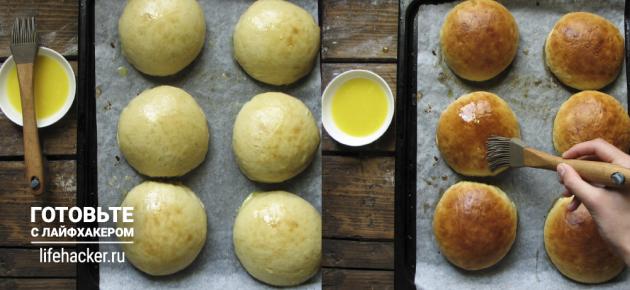 Универсальные булочки для хот-догов и бургеров: смазываем булочки желтком, а затем маслом