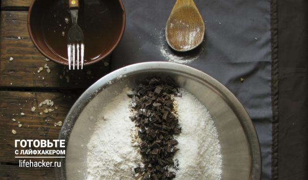 Батончики мюсли с кокосом, шоколадом и семечками: Смешайте овсяные хлопья, муку, семечки, шоколад, кокосовую стружку и ванилин