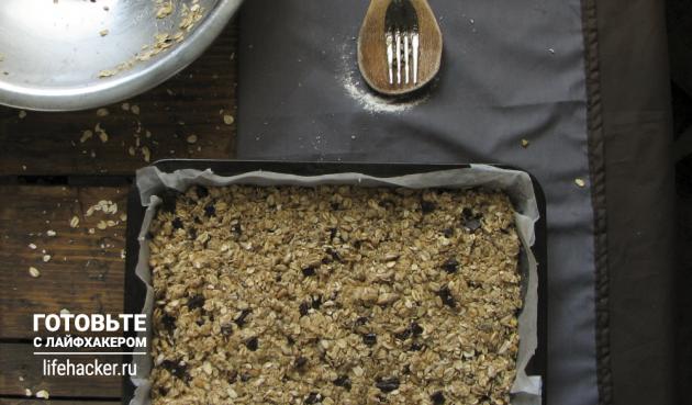 Батончики мюсли с кокосом, шоколадом и семечками: Распределите смесь как можно более ровным слоем толщиной в 2–2,5 сантиметра