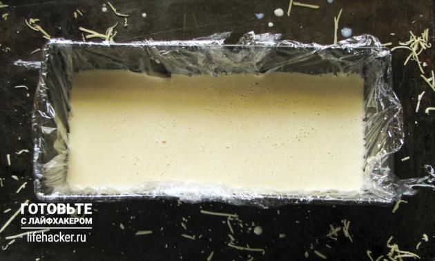 Как приготовить плавленый сыр из обычного: заливаем смесь в контейнер