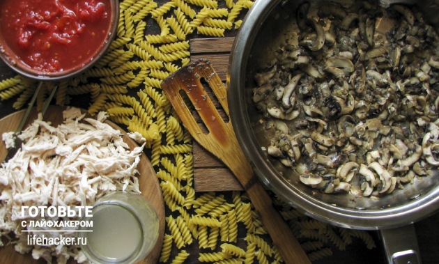 Ленивая паста с курицей и грибами: Обжариваем грибы с луком