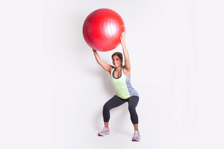 Бьют по женской попе мячом в спортзале фото 709-173
