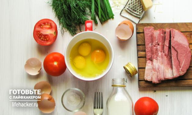 Омлет в микроволновке: взбейте яйца с молоком и щепоткой соли