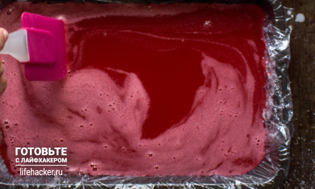 Рецепт лукума из клюквенного сока: перелейте раствор в форму и оставьте полностью застыть при комнатной температуре