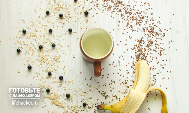 Овсянка с бананом и ягодами в микроволновке: смешиваем ингредиенты