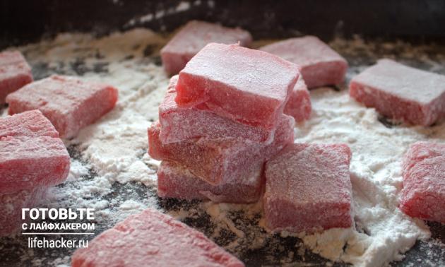 Готовый домашний лукум нарежьте и обваляйте в сахарной пудре