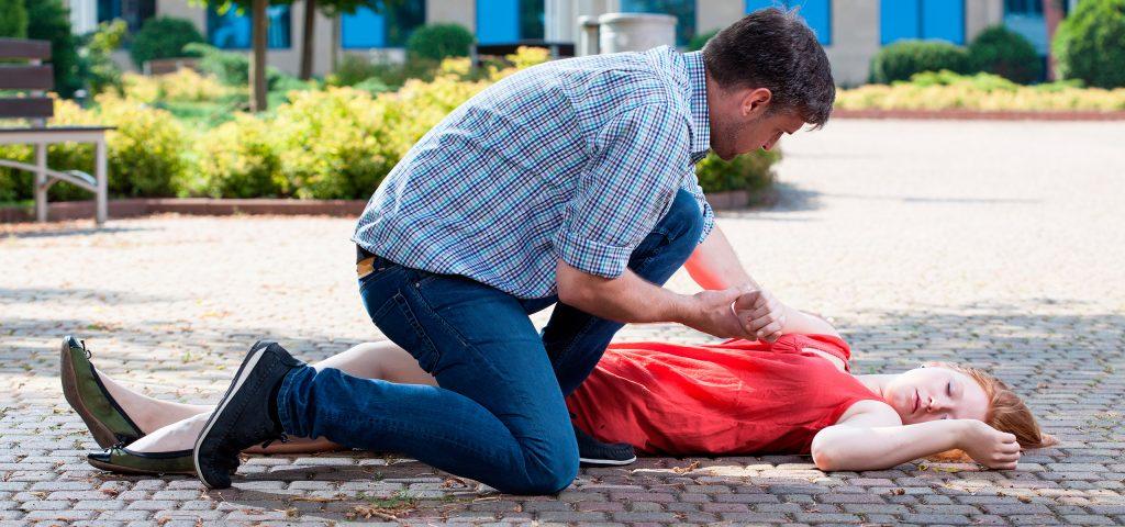 Помощь при эпилепсии - что делать, если у человека случился эпилептический припадок, как помочь и остановить приступ до приезда скорой: первая неотложная помощь