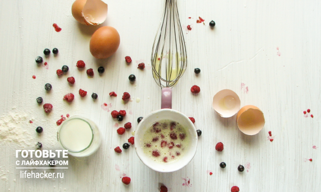 Очень быстрый ванильный бисквит: добавьте орехи и ягоды