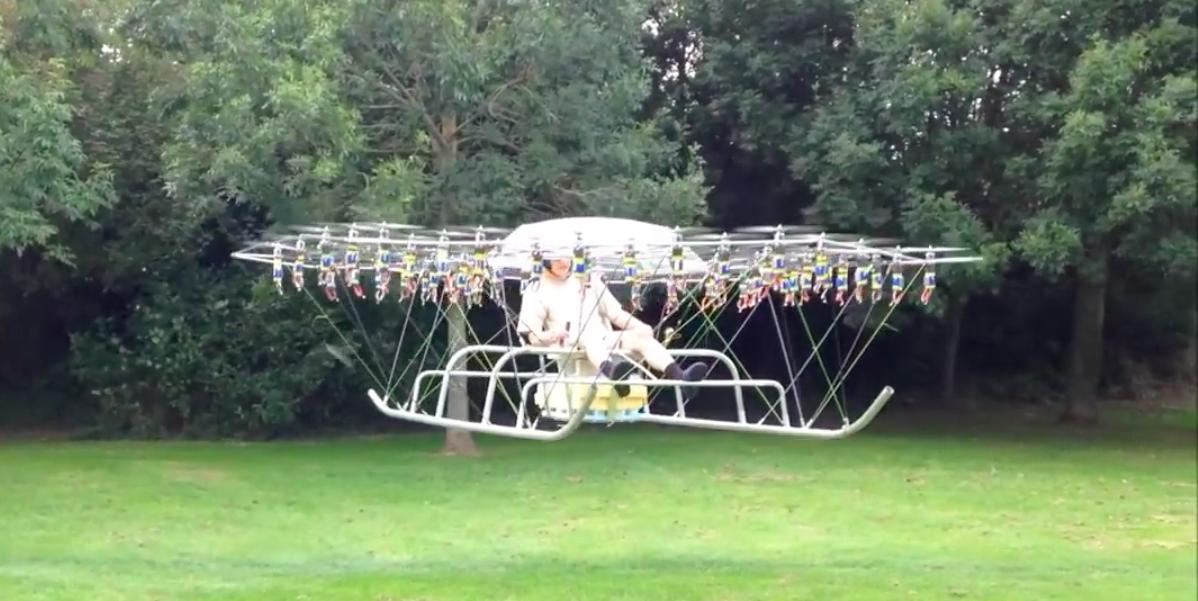 ВИДЕО: Британец летает на монструозном дроне с 54 пропеллерами