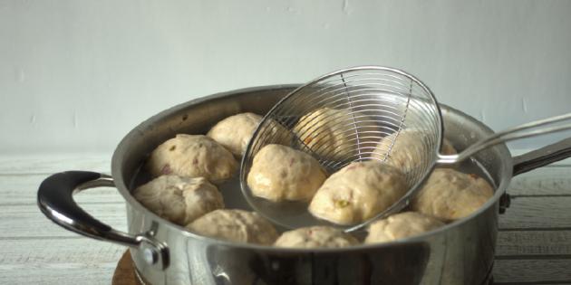 Брецели к пиву: заготовки из теста обварите в кипятке