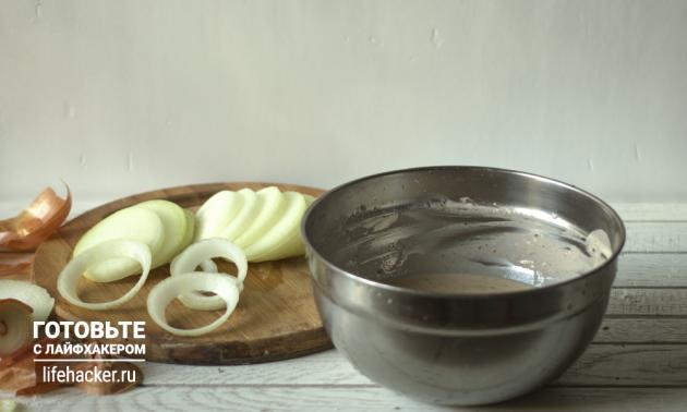 Как приготовить луковые кольца к пиву: нарежьте лук кольцами и приготовьте кляр