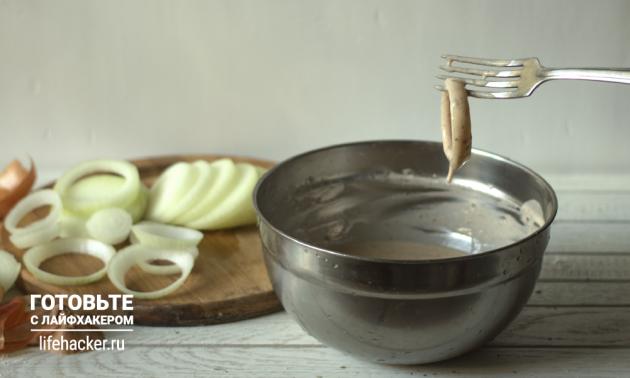 Луковые кольца к пиву: рецепт. Обмакивайте лук в кляр, а затем в разогретое масло