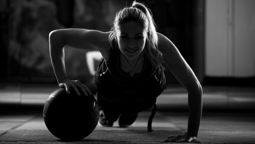 Тяжелый мяч для тренировок – полное руководство   топ-30 упражнений (фото)