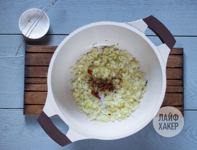 Сливочная паста с тыквой: спассеруйте лук