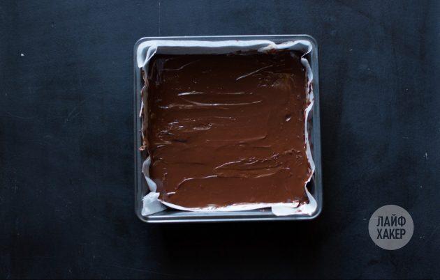 Шоколадная помадка: перелейте смесь в покрытую пергаментом форму