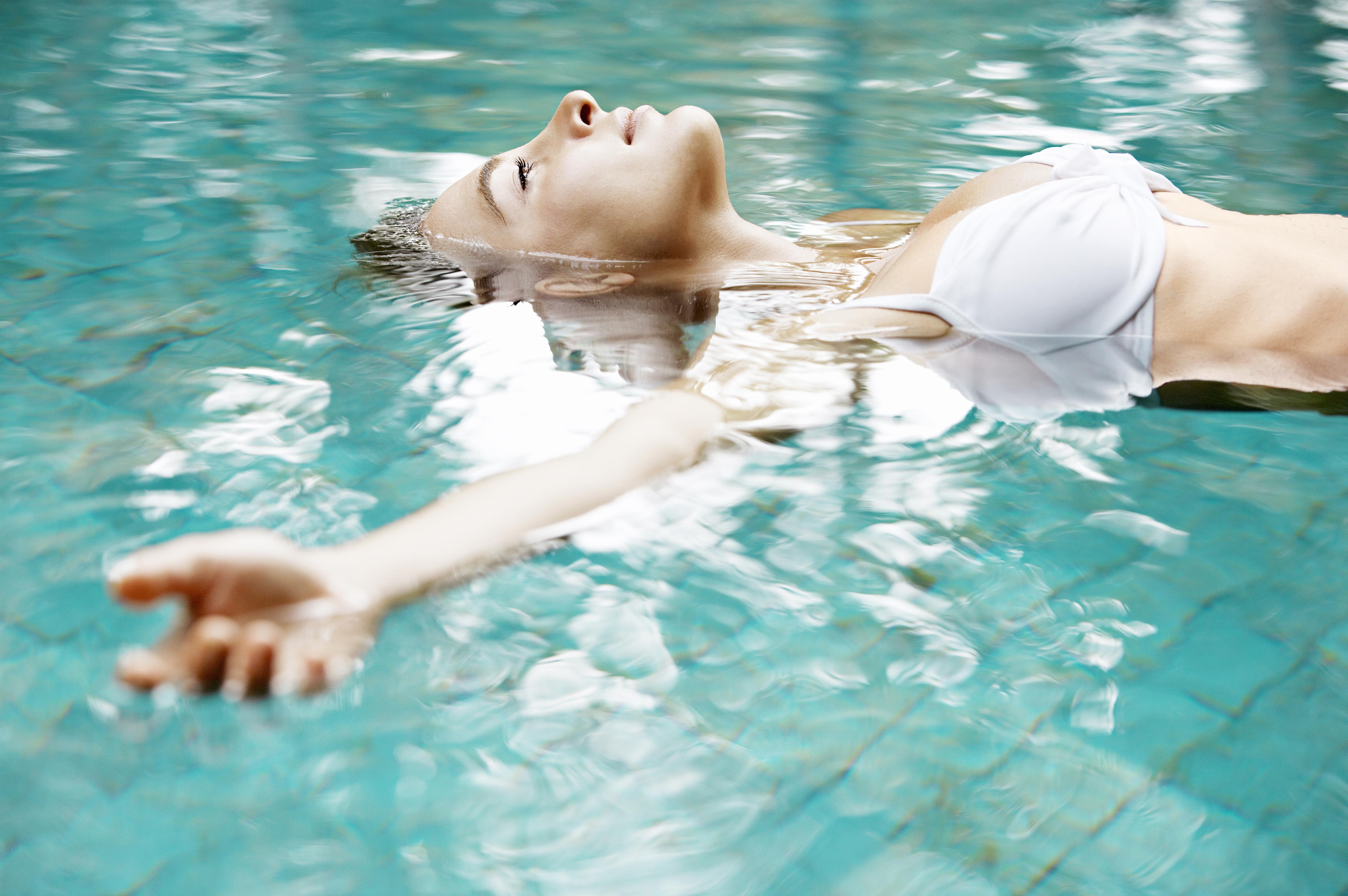 Сколько калорий сжигается при плавании разными стилями