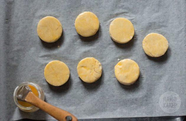 Английские сконы: смажьте поверхность булочек сливками, молоком, водой или взбитым желтком