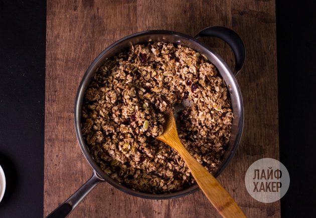 Ультрабыстрая гранола на сковороде: смешайте овсянку с добавками и сиропом
