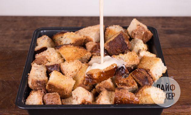 Хлебный пудинг с яблоками: залейте хлеб молочной смесью