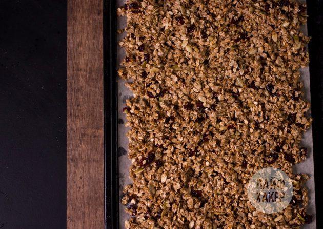Ультрабыстрая гранола на сковороде: распределите массу по пергаменту