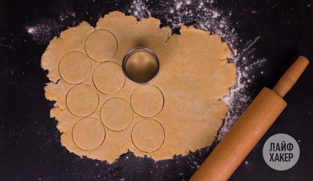 Как приготовить сырные крекеры: вырежьте кружочки