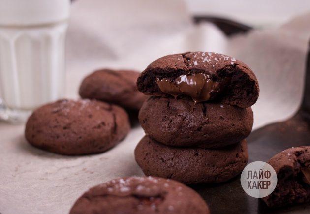 Перед дегустацией дайте печенью с шоколадной начинкой а-ля фондан охладиться