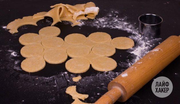 Как сделать сырные крекеры: израсходуйте всё тесто