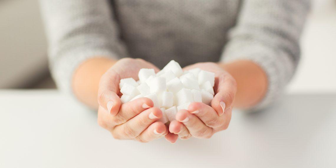 Употреблять много сахара