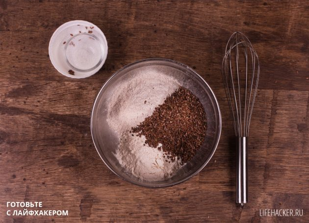 Ржаные хлебцы с семенами льна: соедините сухие компоненты