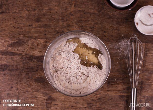 Ржаные хлебцы с семенами льна: влейте молоко и масло