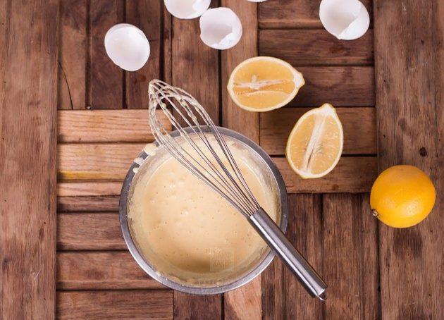 Чтобы приготовить итальянский ореховый пирог, взбейте желтки с сахаром