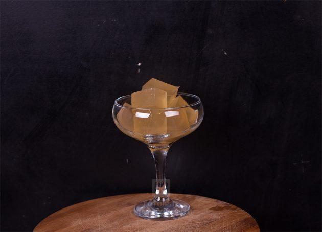 Нарежьте желе из шампанского кубиками и подавайте в бокалах или креманках