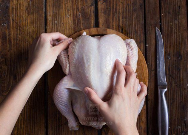 Курица в духовке с лимоном: выверните кончики крыльев за спину