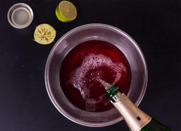 Гранатовый коктейль с шампанским и розмарином: влейте сок граната и шампанское